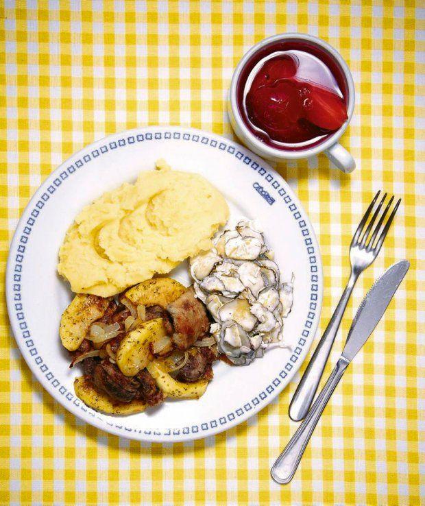 Zestaw 2: puree ziemniaczane, wątróbka z jabłkami i cebulką, surówka z kiszonego ogórka, kompot gruszkowo-śliwkowy