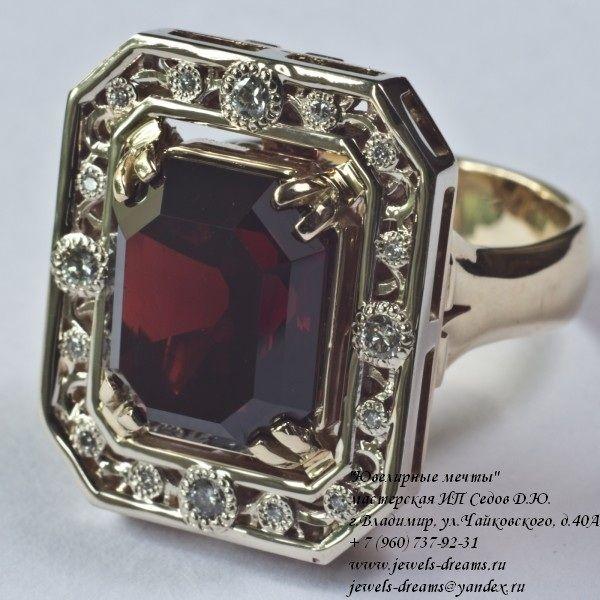 Женское золотое кольцо «Кровь маркиза» с гранатом и бриллиантами