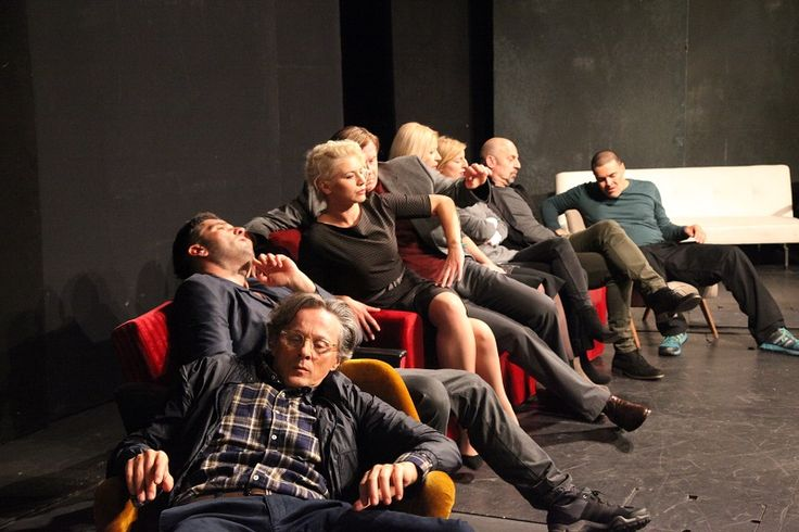 """AT THE END OF THE WEEK"" #emiliaromagnateatro #bologna #arenadelsole #stagione20162017 #theatre #BoboJelcic #AtTheEndOfTheWeek #weekend #amici #divano #soggiorno #vita #quotidiana foto #MBratos"