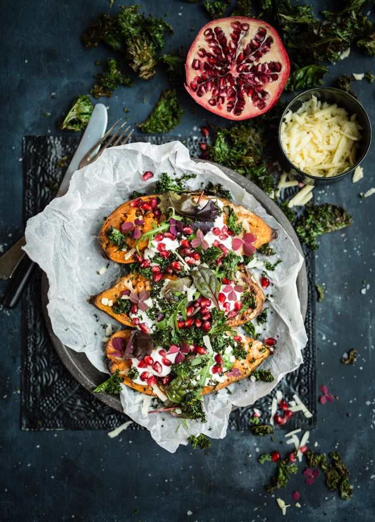 Recipe: Baked sweet potatoes with grated aged cheese, cold sauce, mixed salad and topped with pomegranate seeds and kale chips. (Source: Femina, Photo by Diana Dontsova)