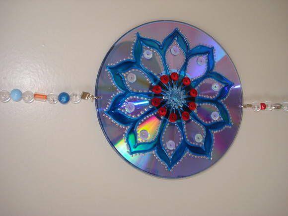 mobile em cd <br>mandala confeccionada com tinta alto relevo, pintura craquele e vitral, colagem em pedrarias e lantejoulas <br>diametro= 11cm