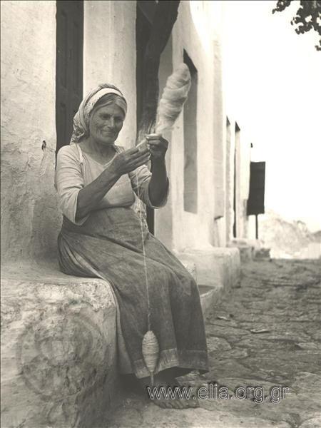 Παλιά Σκύρος 1960. Το γνέσιμο του μαλλιού.Πέτρος Μπρούσαλης. Αρχείο Ε.Λ.Ι.Α.