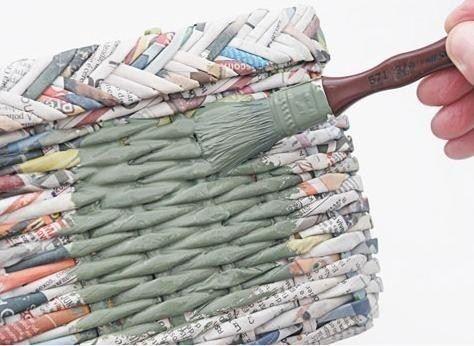 Tutorial macht einen Korb mit Zeitungen