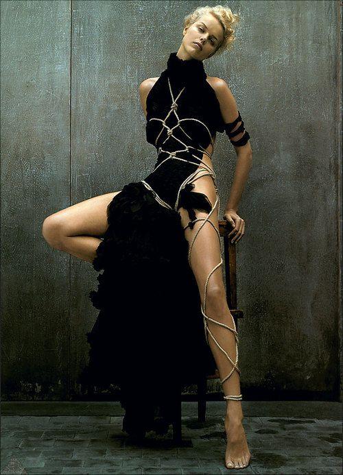 deliciosa imagem misto de sensualidade, fetichismo e sutileza, logo, pin up by Jeanbaptiste mondino