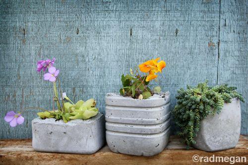 couler du ciment entre des flacons de plastique: pour ma maison ou pour mon jardin…  (via in words and pictures: Molded Concrete Planters)