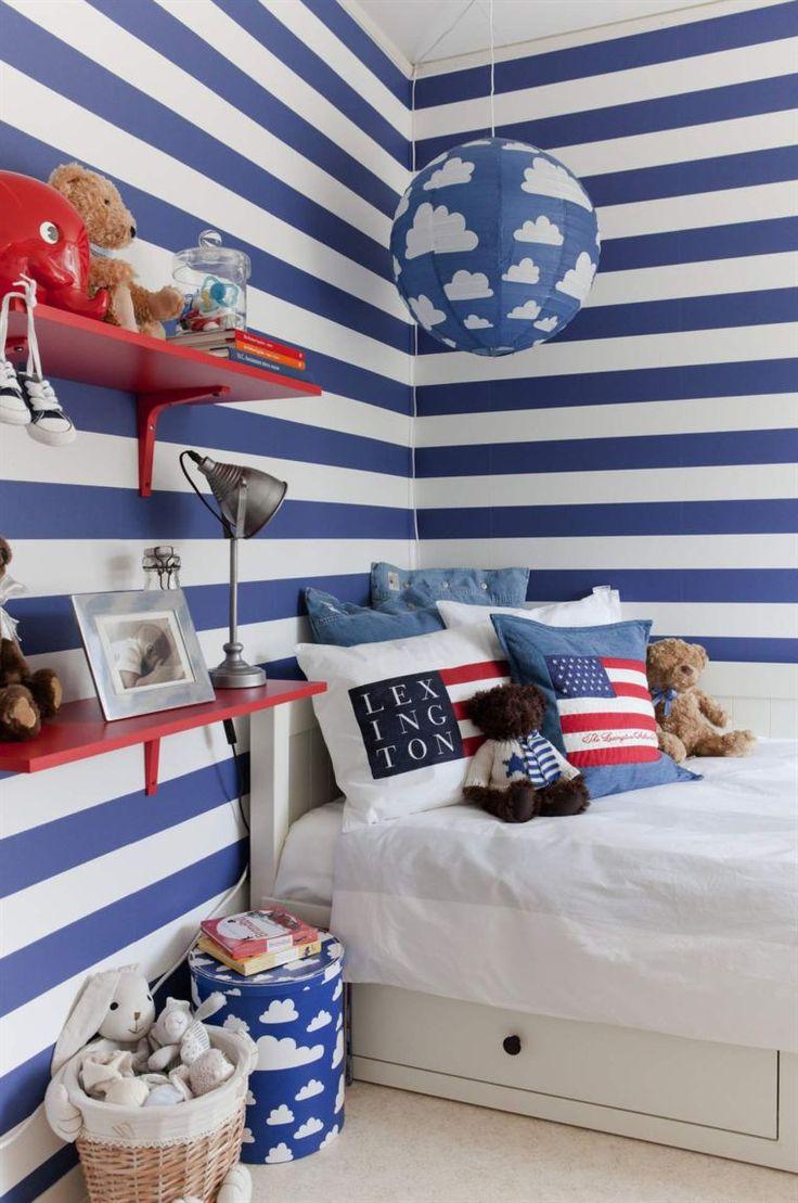 <span>Älskade ränder. Mysig sänghörna med kuddar från Lexington, förvaringsbox och lampa med moln från Färg & form. Röda vägghyllor från Ikea.</span>