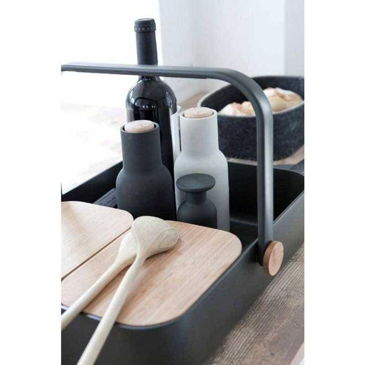 Zacht aanvoelende kunststof pepermolens in zwart en grijs. Het keramische maalmechanisme van de molen zit bovenop zodat er geen restjes op tafel achterblijven.