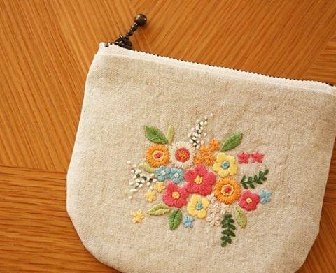 花の刺繍ポーチ . #刺繍 #手刺繍#enbroidery #ポーチ#ハンドメイド#handmade