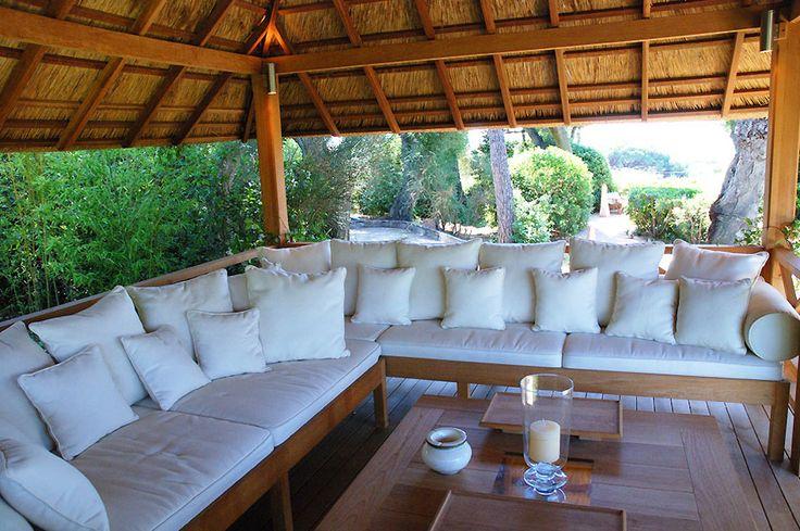 COBERTI Detalle interior de gazebo de madera con techo de junco africano, bancos y mesa de madera. #gazebo #madera #junco #africano #banco #mesa #jardín #terraza #ideas #coberti #málaga