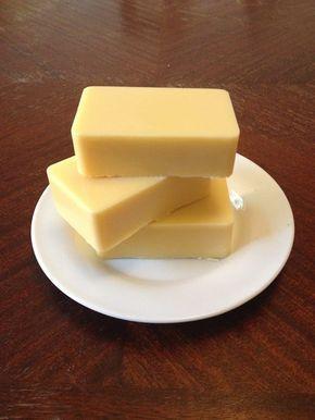 Selbstgemachte Body Butter: - 70g Bienenwachs (über ebay Kleinanzeigen von einem Hamburger Hobbyimker bezogen) raspeln und über einem heißen Wasserbad verflüssigen - darin jeweils 50g Mango-, Shea- und Kakaobutter auflösen - jeweils einen Esslöffel Mandel- und Kokosöl dazugeben - optional: einige Tropfen ätherisches Öl nach Wahl (in meinem Fall Mandarine Magnolie) - in eine Silikonform füllen und fest werden lassen