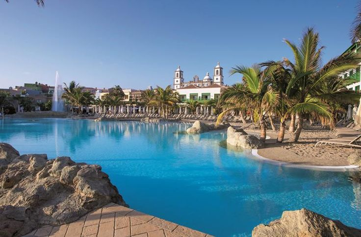 In Lopesan Villa del Conde Resort verblijf je in een traditioneel Canarisch dorpje. Het hotel is namelijk een kleine kopie van het dorpje Aguïmes op Gran Canaria. Als je de receptie binnen loopt kijk je je ogen uit. Je staat meteen in de kathedraal van het dorp. Nou ja, een levensechte kopie van dit schitterende bouwwerk. Maak een wandeling over het complex en geniet van de houten balkons, mooie gebouwen en prachtige bloemen.