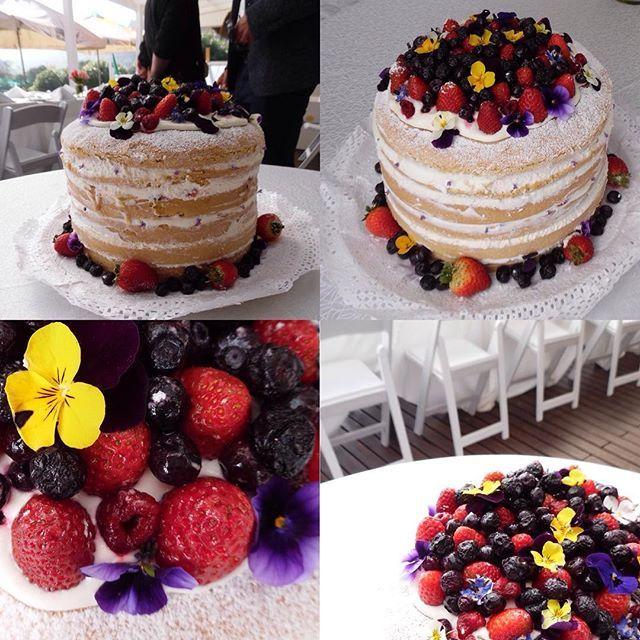 Matrimonio íntimo en la playa? Una naked cake, obvio! Distintos ángulos de la torta desnuda con mix de berries y pensamientos que preparamos para unos novios que quisieron casarse en Algarrobo. Relajado y con gran gusto! Felicidades para Karina y Pablo! 🍰👫💑✨❤️🌸🍓#nakedcake #weddingcake #tortadesnuda #tortasdenovios #playa #Algarrobo #banquetería #catering #wedding #matrimonio #novios #curaumacatering #casablancavalley #curauma #curaumacity #instacurauma #Valparaíso #viñadelMar #concon