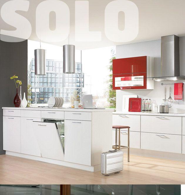 Nebojte se kontrastu Elegantní kombinace lesklých korálových a bílých ploch dodává interiéru kontrastní charakter. Dokonalá integrace do prostoru s dostatečným množstvím úložných prostor dává kuchyni přirozený řád.