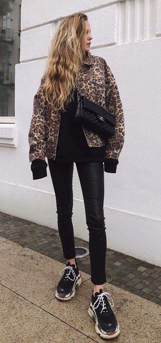 b792a64b5 Jaqueta com estampa de oncinha, animal print, moletom preto, calça de couro  legging, tênis esportivo preto, ugly dad sneakers