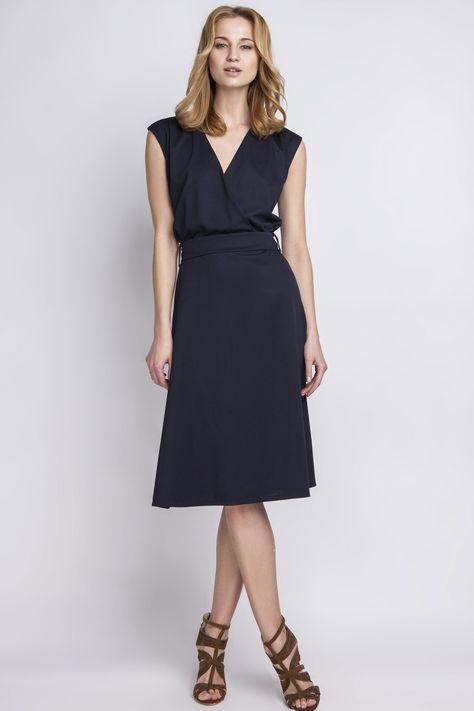 bc97a7157c359a Pour une allure chic mais décontractée, associez votre robe bleu marine  avec des chaussures à