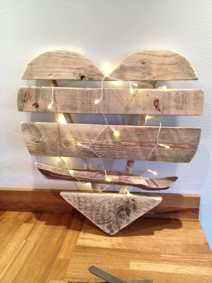 Large 60cm wide heart made out of old pallets and scaffold boards.  Coração feito com pallets e pisca pisca