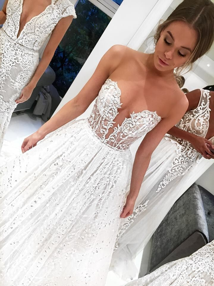 Serious wow factor neckline by @bertabridal