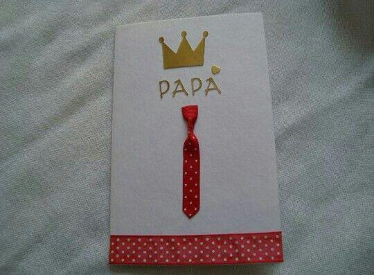 Tarjeta  Papá  con  Corbata  roja  de puntos.