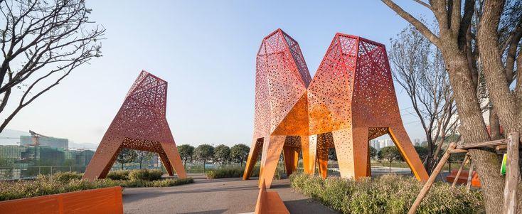 Arquitectura y Paisaje: Pabellones de metal perforado se elevan por encima de un parque por Martha Schwartz