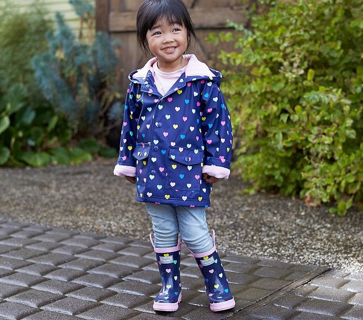 This cute raincoat by Hatley in Navy/Pink with multi-hearts combines playful style and functionality.  This lightweight raincoat is designed to keep your little one dry and warm on rainy cool days.