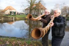 Midwinterhoorn midwinterhoornblazen Twente, de midwinterhoorn is een houten instrument wat als communicatiemiddel  werd gebruikt, tegenwoordig is het midwinterhoornblazen een hobby wat voornamelijk in verenigingsverband wordt uitgeoefend in sommige delen van ons land. Midwinterhoorn midwinterhoornblazen Twente een oude traditie die doormiddel van hobbyverenigingen gelukkig nog in stand wordt gehouden.