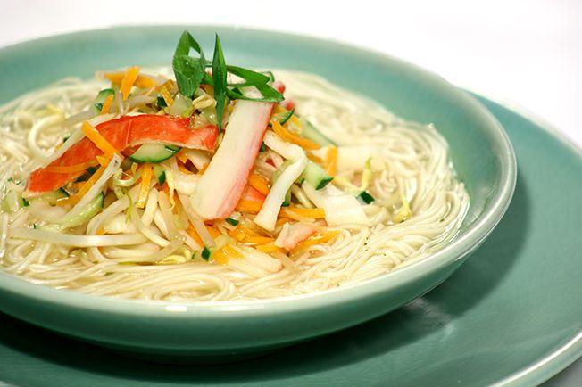 Quem gosta de incluir uma sopa no dia-a-dia não pode perder esta delícia de inspiração oriental. De preparo rápido e fácil, ela combina ingredientes como gengibre, broto de bambu e kani-kama.