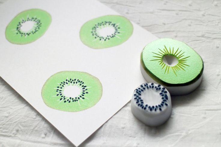 對半切開的奇異果,可以印不同顏色的 2 入橡皮擦印章組 ※ 此商品頁不包括印泥 正式蓋在重要的卡片上前,請先試蓋在隨便的紙上試看看哦! ※…