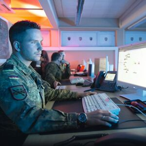 BUNDESWEHR SUCHT SOLDATEN FÜR DAS INTERNET  Die neue IT-Armee soll Angriffe aus dem Internet abwehren. Aber auch eigene Cyber-Attacken gehören - falls erforderlich – zum Profil...