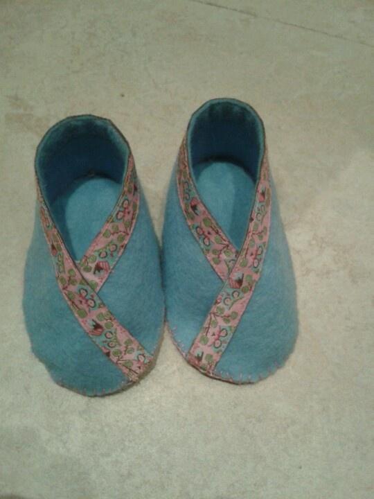 Schoentjes voor nichtje Caroline van lichtblauw vilt met roze lint met uiltjes. Tutorial en patroon via: http://www.purlbee.com/felt-baby-shoes/