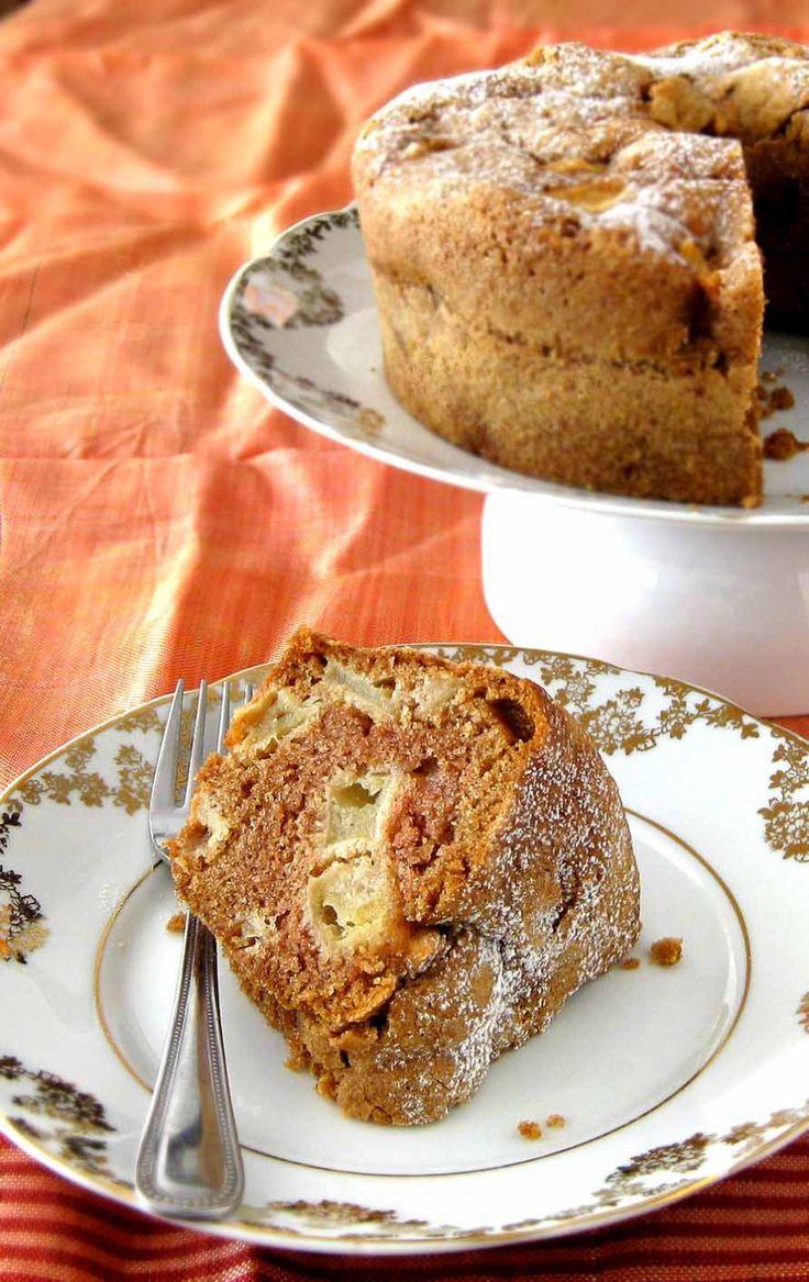 O melhor bolo de maçã do mundo - Ingredientes: 1 1/3 xícaras de óleo vegetal (uso o de canola) 3 xícaras de farinha de trigo 1 colher de sopa de canela em pó 1 colher de chá de bicarbonato de sódio 1 colher de chá de sal 2 xícaras de açúcar refinado 3 ovos 3 a 4 maçãs (a receita pede das Granny Smith, mas eu já usei gala e fuji), descascadas, sem sementes e cortadas em cubinhos. 1 xícara de nozes ou pecãs (opcional) 1 colher de chá de essência de baunilha (nunca uso)