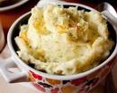 Картофельное пюре с карамелизированным луком  с фото...1 кг очищенного картофеля  3 средних луковицы  80 г сливочного масла  100 мл горячего молока  1 ст.л. нарубленной зелени укропа (по желанию)  соль по вкусу  масло для жарки лука (подсолнечное или топленое сливочное)