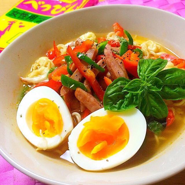 キリンラーメンのべっぴんラーメン トマト味なので、ソーセージとピーマン、チーズに卵 ✨  バジルものせていい香りです →実は、食べる時はもっともっとのせました  morimiさん、べっぴんラーメン食べました♡ の 食べ友させていただきました 美味しかった〜(^∀^) - 197件のもぐもぐ - イタリアン べっぴんラーメン♡ by angiee2014