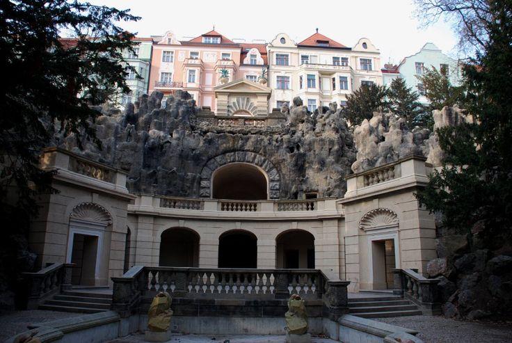 """""""Un labirinto di pietra""""  Nell'attuale giardino di Havlícek (Havlíckovy sady), a Grébovka, si estendevano in passato le due proprietà di Horní e Dolní Landhausky, acquistate intorno al 1850 dall'industriale praghese Moritz Gröbe. L'architetto Antonin Barvitius vi fece costruire al centro una splendida villa in stile neo-rinascimentale e nei giardini attorno un ampio vigneto a terrazze con un bel pergolato. Fervente ammiratore della natura, tra il 1871 e il 1888 Gröbe fece costruire un…"""