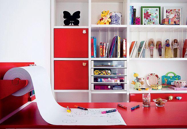 Portas, nichos, gavetinhas e divisórias criam uma estante dinâmica, cheia de cantinhos especiais para os brinquedos, livros e materiais de pintura. O que interessa fica exposto com destaque e a bagunça, escondida atrás das portas