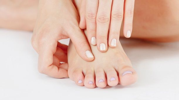 Veränderungen an den Füßen können auf Krankheiten hindeuten und sollten daher ernst genommen werden. (Quelle: dpa)