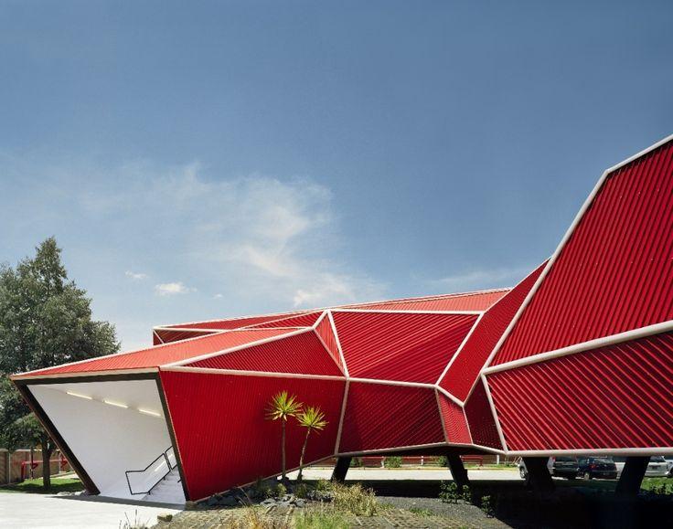 Construido por Rojkind Arquitectos en Toluca, Mexico con fecha 2007. Imagenes por Paul Rivera. Arquitectura como experiencia. Arquitectura sensorial, propiciada desde el recorrido arquitectónico, desde las sorpre...