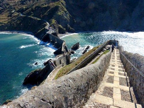 A Bermeo (Pays Basque Espagnol), se trouve un îlot qui est relié au continent par un pont à deux arches et qui s'étend sous forme de  chemin tant sinueux que spectaculaire. Ce chemin étroit, composé de 237 maches, mène à la partie la plus haute de l'îlot. Au sommet se trouve une ancienne chapelle qui a près de mille ans d'histoire.