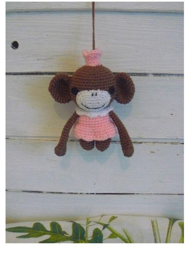 Niedliches Affenmädchen - Anhänger in braun mit Kleidchen und Krönchen in rosa, eignet sich als Taschen-, Rucksack- & Schlüsselanhänger, wurde liebevoll gehäkelt. Ideal als Geschenk oder...
