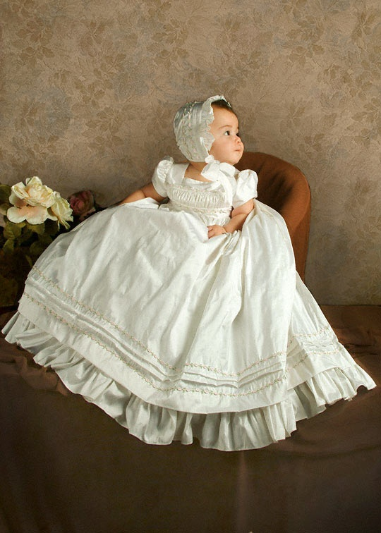A beautiful antique Christening gown. Im in love ! Penelope needs to be wearing this soon @yami425