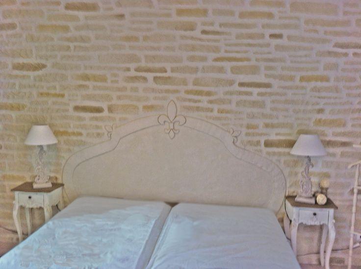 Cabecero y pared con Decopierre, (Home de Pierre) Pared de dormitorio realizada con Decopierre dando forma de piedra y realizando un cabecero con el mismo enlucido.