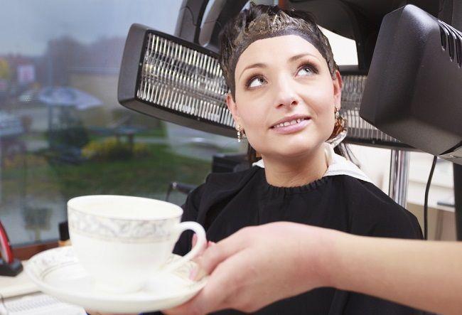 Prezradíme vám, ako môžete oživiť farbu vlasov a dodať im nádherný lesk pomocou kávy.