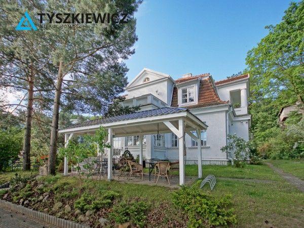 Wyjątkowa nieruchomość położona w Gdyni, w spokojnej zielonej okolicy na skraju lasu, niedaleko Dworca Głównego i Centrum miasta.Dom w stylu secesyjnym, dwukondygnacyjny, podpiwniczony wybudowano w 1927 roku, generalny remont przeprowadzono w 1990 roku (wymieniono dach, instalacje elektryczną, instalację wodną), cztery lata temu gruntownie odświeżono wnętrza. Zachowano oryginalne drewniane okna, drzwi oraz podłogi. #posiadłość #gdynia #dom #nieruchomości CHCESZ WIEDZIEĆ WIĘCEJ? KLIKNIJ W…