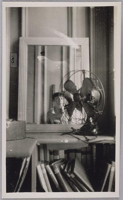 Autoportrait au ventilateur  Description :  début des années 30  Auteur :  Maar Dora (dit), Markovitch Henriette Dora (1907-1997)