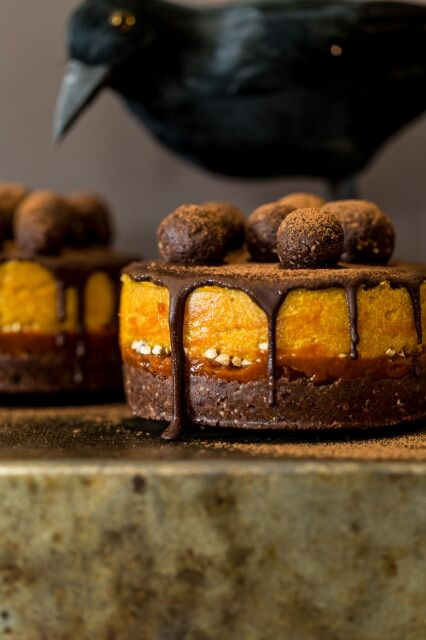 We are getting ready for Halloween with healthy, easy to make and super fun ideas! Raw, Vegan Goji & Pumpkin Mini Cakes by Deviliciously Raw