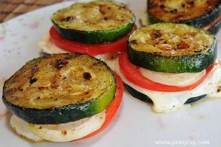 grillowana cukinia z mozzarellą i pomidorami