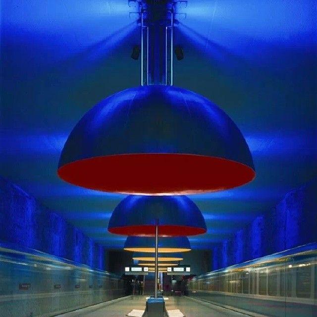 Projeto de iluminação do designer Ingo Maurer para Westfriedhof, estação de metrô do sistema U-Bahn em Munique, Alemanha.  #design #luminárias #formas #lamps #shapes #iluminação #lighting #lightingdesign #interior  #interiores  #artes  #arts  #art  #arte  #decor  #decoração  #architecturelover  #architecture  #arquitetura  #design  #projetocompartilhar  #davidguerra  #shareproject  #westfriedhof #munique #munich #munchen #alemanha #germany #deutschland #ingomaurer