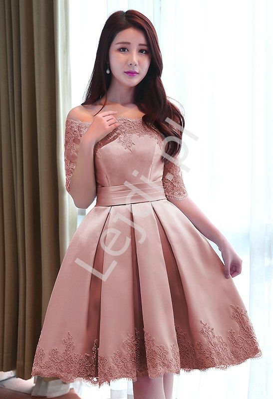 Sukienka wieczorowa w pięknym kolorzebrudnego rózu. Sukienka zdobiona koronka gipiurową. Ramiona typu Carmen. Pięknie podkreślają dekolt i linie szyi. Sukienka jest bardzo elegancka i nadaje się na wiele okazji: jako sukienka na wesele, komunie, połowinki czy studniówki. Pięknie podkreślona talia dodaje sukience uroku. Dół rozkloszowany. Tył sznurowany - ładnie dopasuje się do figury. #sukienka #sukienkanawesele #sukniawieczorowa #sukienkanastudniówkę