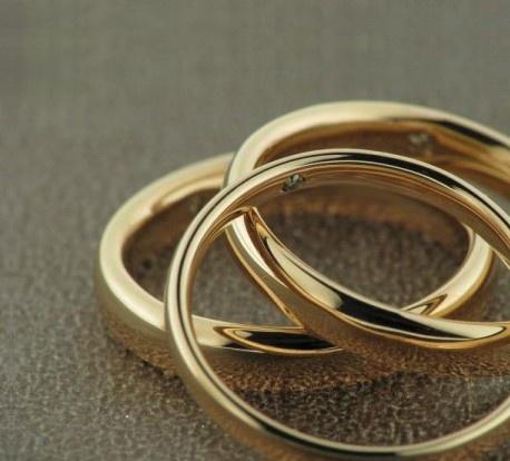 La superficie delle fedi nuziali Liguori è rigorosamente lucida, mentre al suo interno un diamante, celato alla vista e simbolo della promessa di amore.