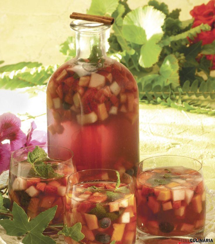 Receita de Sangria de ginja com frutos vermelhos. Descubra como cozinhar Sangria de ginja com frutos vermelhos de maneira prática e deliciosa com a Teleculinária!
