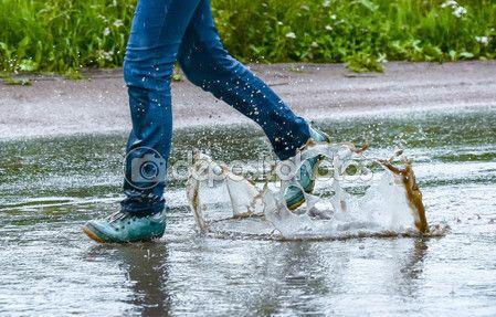 Женщина в кеды, прыжки в луже. Закрыть вверх выстрел ножки в обувь с брызги воды — Стоковое фото © kulkann #118254944